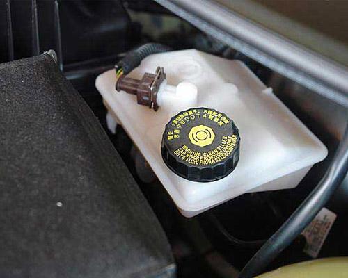 汽车养护小细节 定期检查制动液面高度