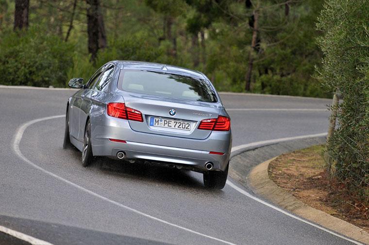汽车弯道行驶的技巧 如何巧妙避免离心力