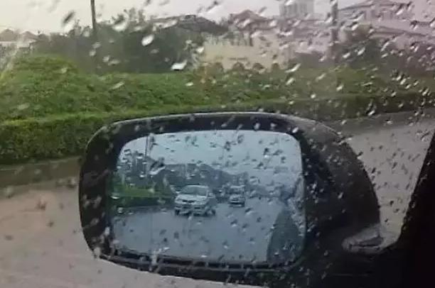 下雨天后视镜看不见怎么办!?教你一招解决它!